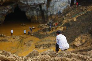 Sập mỏ vàng ở Hòa Bình: Người thân mong ngóng hai phu vàng trở về từ lòng đất