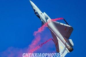 J-10 biểu diễn 'siêu rắn hổ mang' khiến Su-35 phải ngước nhìn?