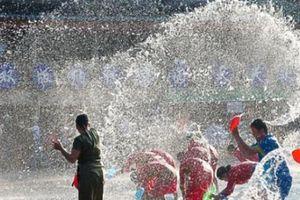 Bất chấp bị bắn ướt nhẹp, du khách vẫn ùn ùn kéo tới lễ hội này