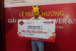 Người trúng Vietlott gần 97 tỉ đồng đeo mặt nạ Pikachu lên lãnh giải