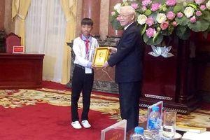 Chuyện về cậu học sinh Hà Tĩnh được Chủ tịch nước gặp mặt và tặng ảnh Bác Hồ
