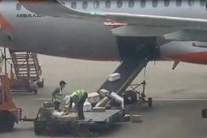 Bốc hàng như 'ném gạch', 2 nhân viên sân bay Tân Sơn Nhất bị sa thải