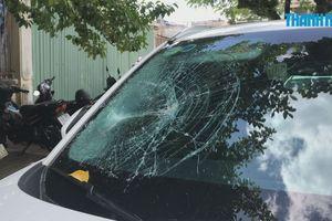 Người đàn ông nghi ngáo đá cầm cục gạch vô cớ đập phá ô tô