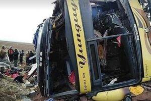 Xe bus đấu đầu trực diện xe tải chở khách tại Peru, hơn 50 người thương vong