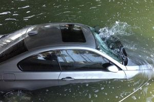 Ô tô rơi xuống nước, cách nào mở cửa để thoát chết?