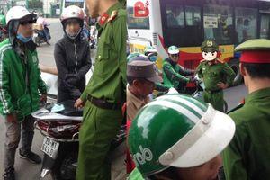 Đòi 100 ngàn khi va chạm xe cô gái xinh Hà Nội, tài xế Grab bị công an mắng