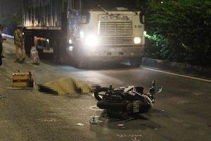Va chạm với ô tô, nam thanh niên ngã ra đường bị container cán tử vong