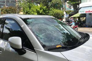 Người đàn ông vô cớ đập phá ô tô giữa trung tâm Đà Nẵng