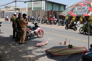 Tránh xe ba gác, cô gái đi xe máy ngã xuống đường bị xe tải cán tử vong
