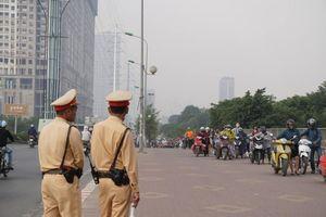 'Né' cảnh sát giao thông, hàng trăm người dắt xe máy ngược chiều trên phố