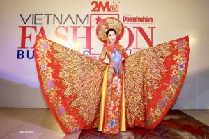Trịnh Kim Chi khoe sắc vóc 'mình hạc xương mai' trong tà áo dài
