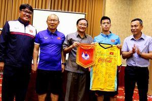 Đội tuyển Việt Nam đón vị khách đặc biệt trong ngày thứ 2 ở Lào