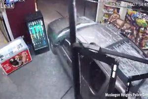 Clip: Đạp nhầm chân ga, nữ tài xế ô tô đâm tan nát cửa hàng