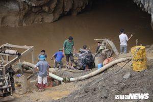 Dự kiến rạng sáng mai tiếp cận 2 người đào vàng kẹt trong hang