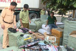 Thái Bình: Bắt giữ ôtô vận chuyển hàng tấn mỹ phẩm nhập lậu
