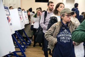 Hơn 30 triệu cử tri trên khắp nước Mỹ xếp hàng tham gia cuộc bầu cử giữa kỳ