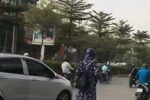 Cô gái trùm khăn kín mít, lái scooter giữa đường đầy xe gây chú ý