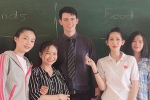 Nữ sinh Nha Trang liên tục quay lén thầy giáo Nam Phi 9X đẹp trai