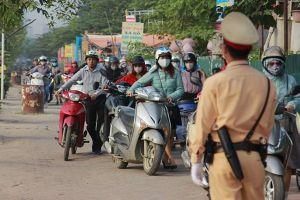 Dắt xe máy ngược chiều trên vỉa hè trước mặt CSGT: Cực chẳng đã, người dân mới phải 'lách luật'