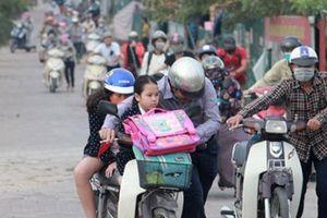 Đoàn người nối nhau đi bộ dắt xe máy 'né' phạt: Đã có giải pháp xử lý