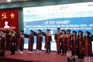 12 sinh viên khóa cử nhân khúc xạ nhãn khoa đầu tiên của cả nước tốt nghiệp