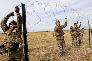 Binh sĩ Mỹ dựng hàng rào dây thép gai ngăn dòng người di cư