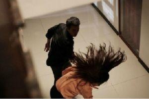 Thư ký tòa bị đánh khi gửi giấy triệu tập ly hôn