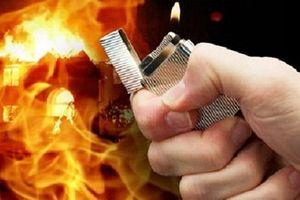 Níu kéo tình cảm bất thành, gã chồng tẩm xăng đốt vợ