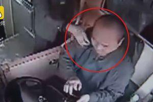 Cụ ông 76 tuổi bóp cổ tài xế xe buýt vì không được xuống xe