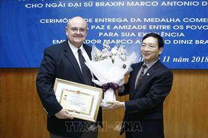 Trao Kỷ niệm chương 'Vì hòa bình hữu nghị giữa các dân tộc' tặng Đại sứ Brazil tại Việt Nam