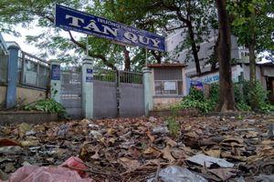 Cảnh hoang tàn của ngôi trường 2 tầng bị bỏ hoang nhiều năm
