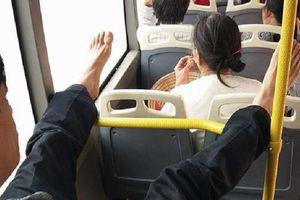 Người đàn ông trên xe bus và hành động xấu xí của đôi bàn chân khiến dân tình ngán đến tận cổ