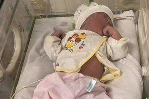 Bé gái sơ sinh bị bỏ rơi trong khuôn viên bệnh viện