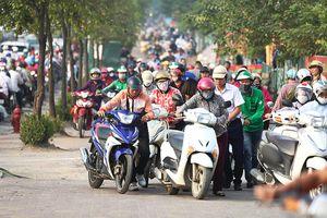 Hà Nội: Cả đoàn xe máy dắt bộ 'lách luật' trước mặt, CSGT 'bó tay 'không thể xử phạt