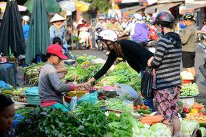 Nghịch lý người trồng rau nói bị người mua ép họ phải xịt thuốc