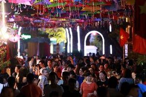 Giới trẻ Hà Nội đổ về Làng lụa Vạn Phúc check – in con đường ô lung linh sắc màu