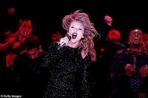 Taylor Swift phô diễn đường cong nóng bỏng với bodysuit trên sân khấu