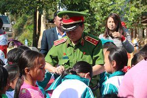 Nguyên Giám đốc Học viện Cảnh sát Nhân dân trao quà cho trẻ em nghèo Hà Giang
