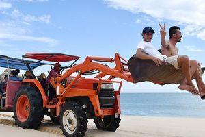 Ninh Thuận: Độc đáo với dịch vụ chở khách du lịch bằng máy cày ở Mũi Dinh