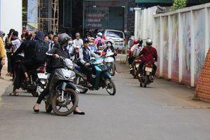 Hàng trăm học sinh ngang nhiên đi xe phân khối lớn không đội mũ bảo hiểm bị công an bắt giữ