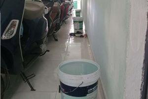 Chủ nhà trọ Đà Nẵng đáng yêu sáng sớm xách cho mỗi phòng một xô nước