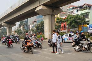 Nguy hiểm rình rập người đi bộ trên đường Nguyễn Trãi