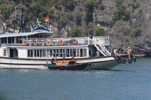 Triệu tập 15 chủ tàu du lịch bị nghi 'bật đèn xanh' cho thuyền đeo bám bán hàng rong