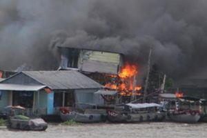 Cần Thơ: Cháy lớn cạnh chợ nổi Cái Răng, nhiều căn nhà bị thiêu rụi