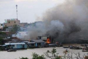 Cháy gần Chợ nổi Cái Răng, thiêu rụi bốn nhà ven sông