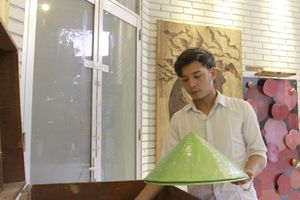 Độc đáo nón lá sen của chàng trai xứ Huế