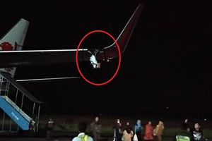 Máy bay Lion Air đâm cột, rách toạc cánh