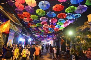 Con đường ô sắc màu thu hút ở làng lụa Vạn Phúc