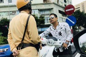 Hà Nội: Người đàn ông vi phạm giao thông còn thách thức CSGT