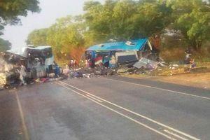 Hiện trường tai nạn kinh hoàng 2 xe bus đâm trực diện, 47 người chết